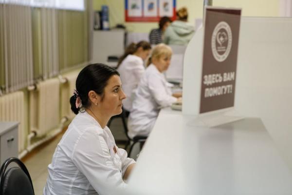 поликлиника, регистратура, администратор,  медпомощь, табличка|Фото:пресс-служба Воронежской областной думы