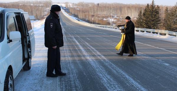 В Красноярском крае батюшка освятил опасный участок трассы.|Фото: гибдд.рф/r/24